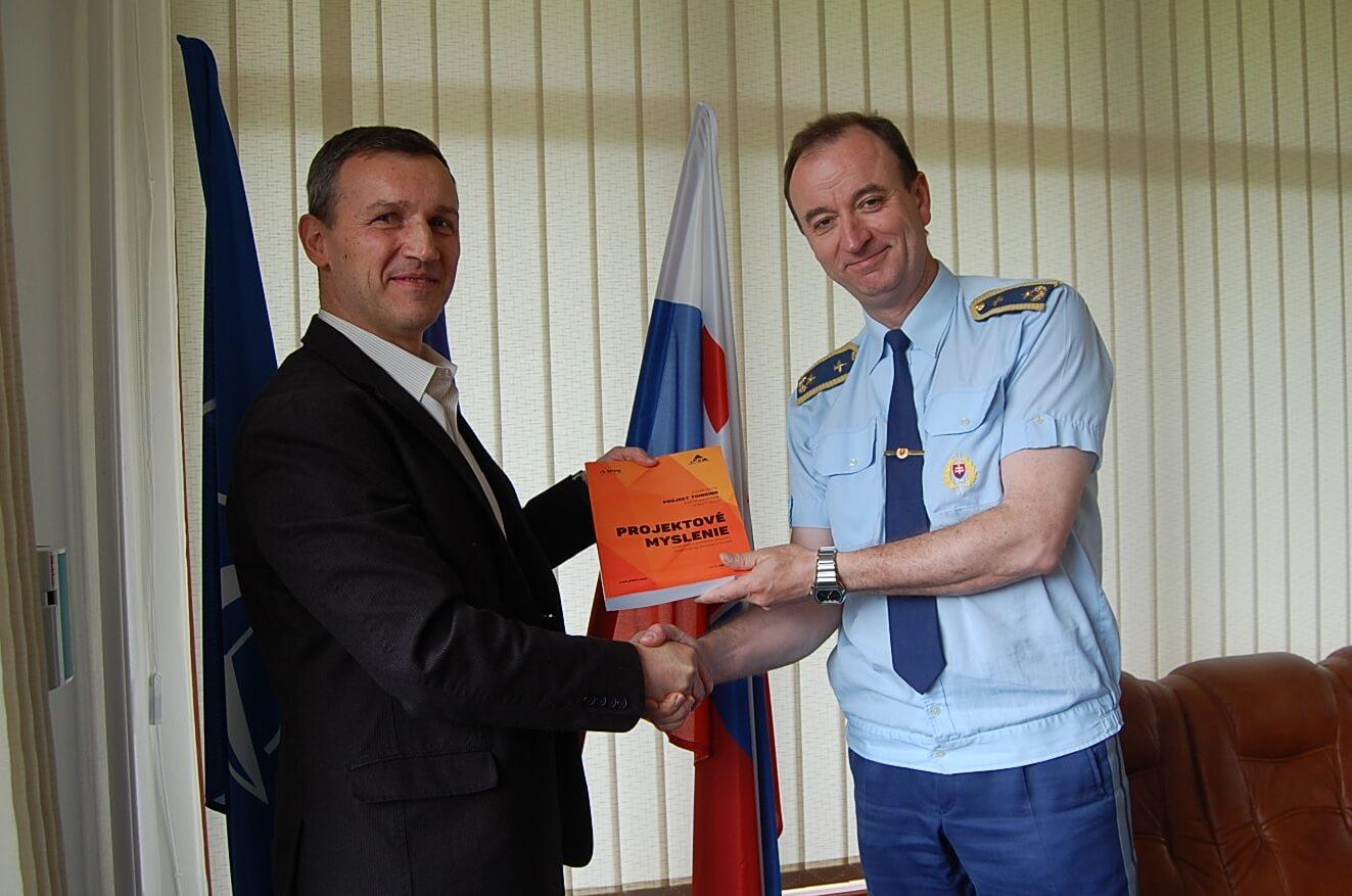 Autor Petr Všetečka (vľavo) a brigádny generál doc. Ing. Boris Ďurkech, CSc., rektor Akadémie ozbrojených síl, Slovensko