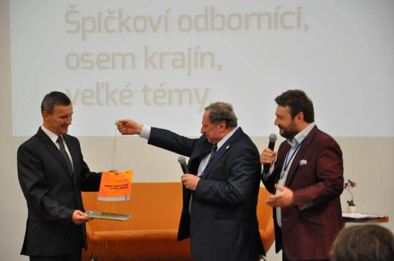 """Krstenie knihy 13. 5. 2015 na medzinárodnej konferencii """"Projekty 21. storočia"""", Bratislava, Slovensko"""