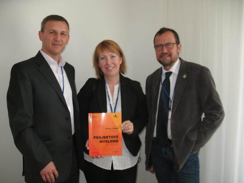 Autor Petr Všetečka (vľavo) a Malin Rosqist a Gunnar Widforss, koordinátori výskumu, Mälardalen University, Švédsko