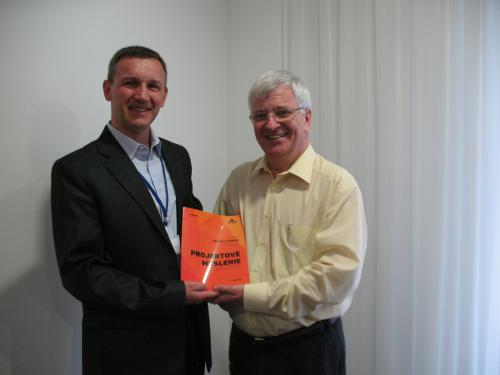 Autor Petr Všetečka (vľavo) a Prof. Dr. Nino Grau, viceprezident IPMA, viceprezident GPM, profesor na Technische Hochschule Mittelhessen, Nemecko