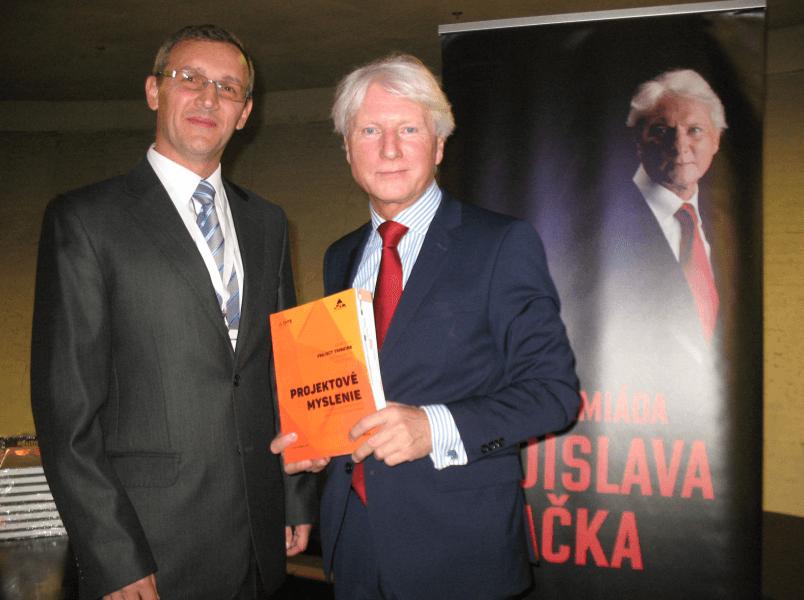 Autor Petr Všetečka (vľavo) a Jaroslav Špaček, uznávaný odborník na etiketu, Česká republika
